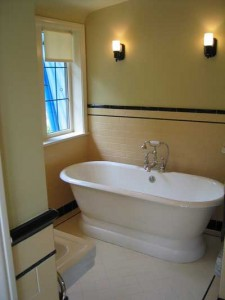çThe double-ended pedestal bathtub is a reproduction of examples that were available in the 1920s and '30s, and found mostly in high-end houses.