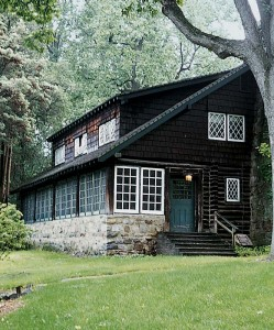 Gustav Stickley built his own log house at Craftsman Farms, his partially realized crafts colony located in Parsippany-Troy Hills, New Jersey.