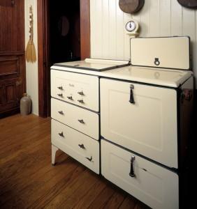 This Magic Chef range has teardrop oven handles.