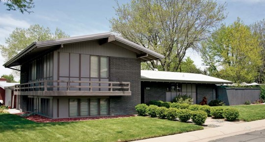 Richard Rost's unusual 1957 split-level has wide overhangs, as well as a balcony, under a low gable roof.