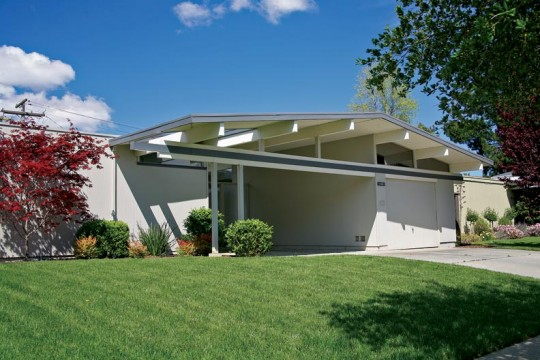 The broad front gable and recessed entry atrium was Eichler's most distinctive feature.