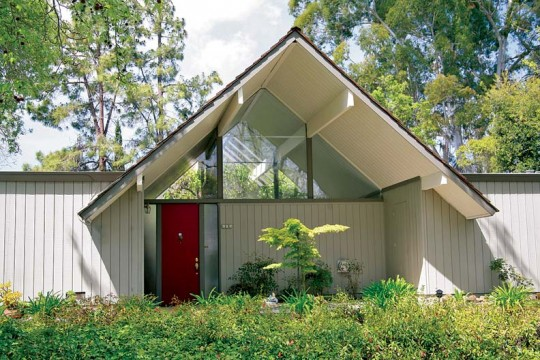 The high, open front entrance gable and a matching courtyard on the interior are found in a number of Eichler models.