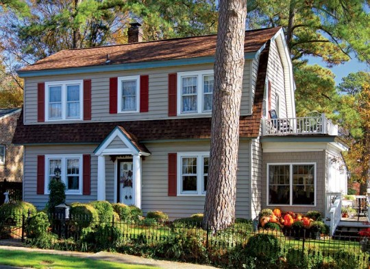 The Van Jean model of Sears' Honor Bilt homes is in the popular Dutch Colonial style, common in the 1920s and '30s.