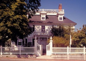 Considered one of the finest Georgian houses, the 1784 Langdon House in Portsmouth, New Hampshire, boasts a textbook Colonial fence with turned pickets, stepped rails, and posts capped by classical urns.