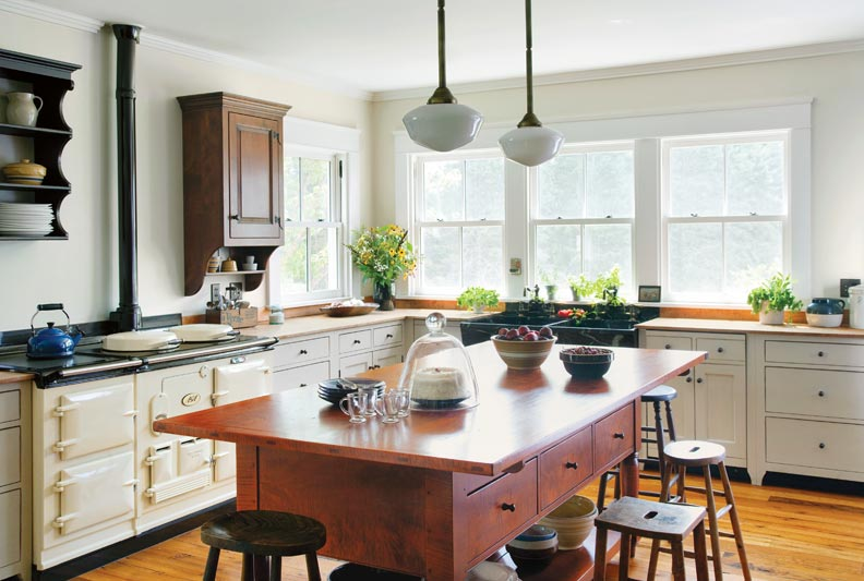 5 ways to design a traditional kitchen old house online for Traditional farmhouse kitchens